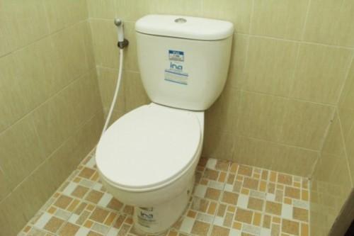 desain kamar mandi minimalis kloset jongkok dengan shower 3
